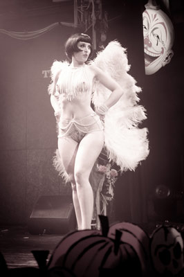 classy feather fandance at the Halloween edition of the International Burlesque Circus