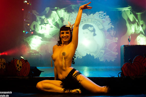 Honey Lulu burlesqueshow  at the Halloween edition of the International Burlesque Circus