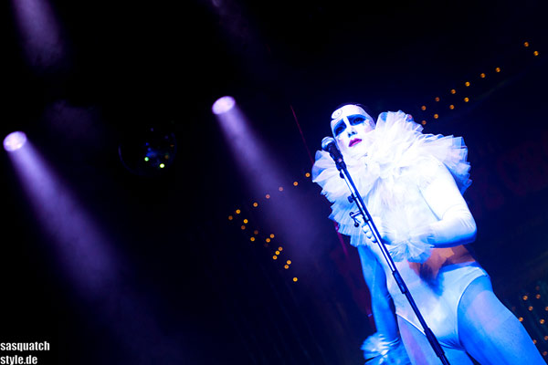 amazing singer Mr Pustra at The International Burlesque Circus - The Glamour edition