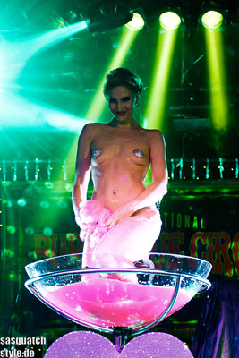 Roxy Diamond taking a bath at The International Burlesque Circus - The Glamour edition