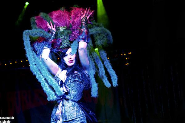 La Viola Vixen burlesqueshow at The International Burlesque Circus - The Glamour edition